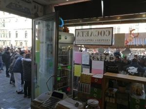 Carnevale Venezia, commerciante si sfoga: «negozio vuoto, colpa di Vela»