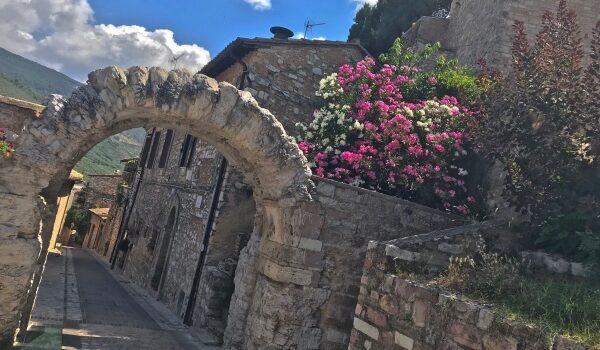 Dai vicoli medioevali alla Villa dei mosaici: il borgo di Spello in Umbria