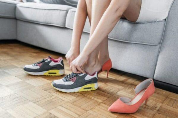 Come eliminare il cattivo odore dalle scarpe: i trucchi e i rimedi più efficaci
